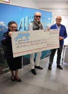 donazione giro lago 30.11.2018 - da sx carmen gallini - ennio soccal - tomaso nicolao