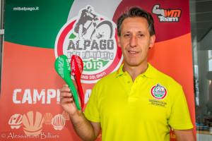 PresAlpago19_press1-105 paolo zanon coordinatore manifestazione - con la sella smp tricolore realizzata per i vincitori Elite Under e Juniores